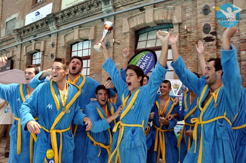 Los jugadores del Real Canoe celebran el título / MIKE LENARD
